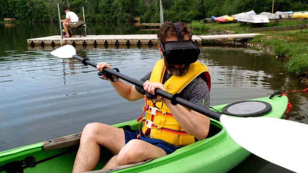 Nicht nachmachen: Mit der VR-Brille ins Kayak