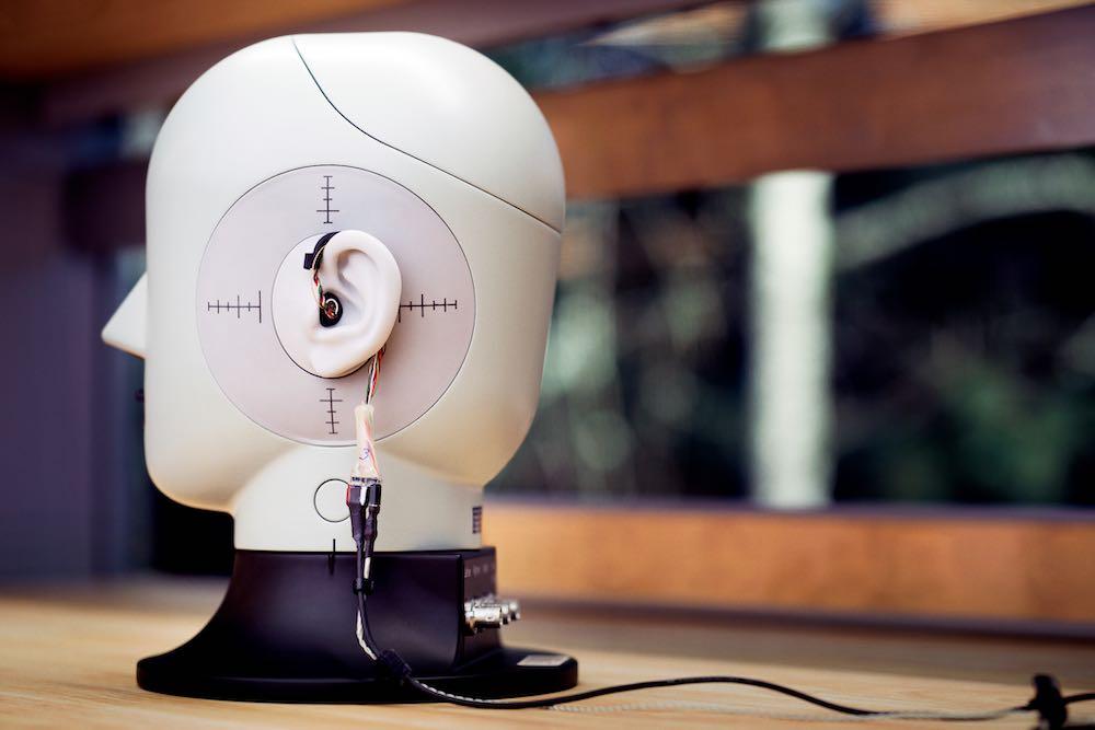 FRL_Research_In_Ear_Kopfhörer_und_Puppe