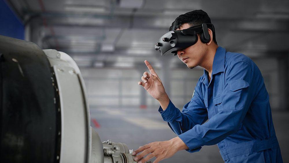 Lemnis_Technologies_Mann_mit_VR_Brille