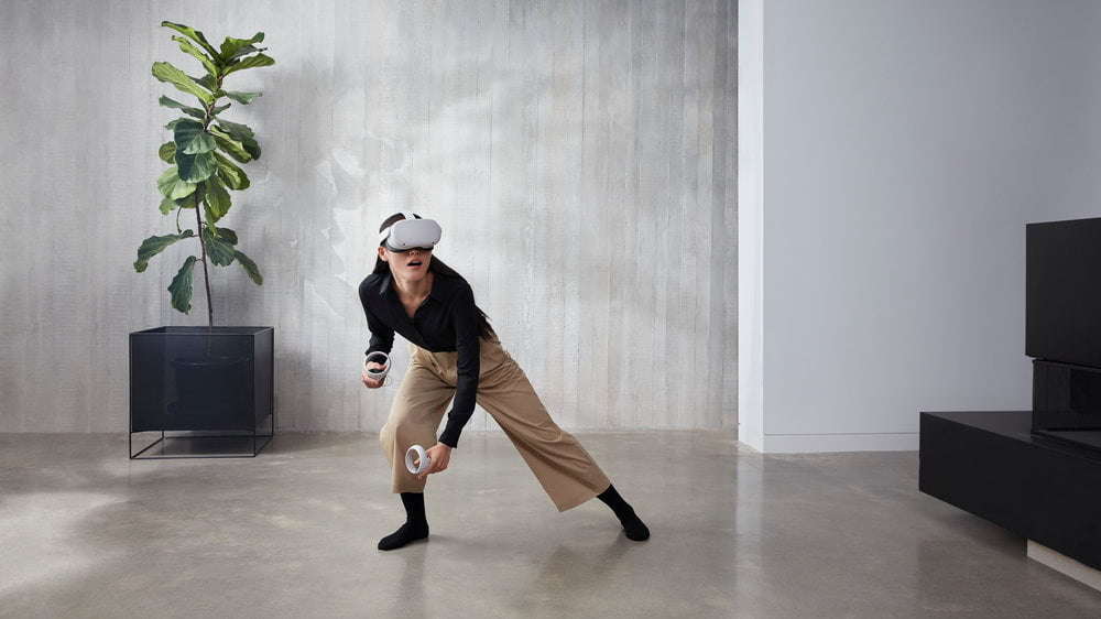 Eine Frau spielt in ihrem Wohnzimmer mit der Oculus Quest 2