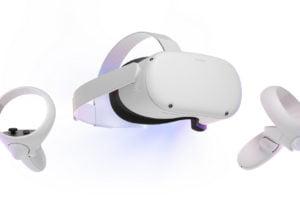 Oculus Quest 2 mit Controllern von vorn, freigestellt