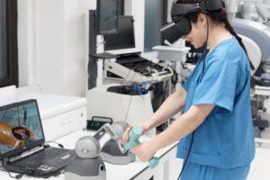 Eine junge Ärztin steht mit einer VR-Brille im Labor