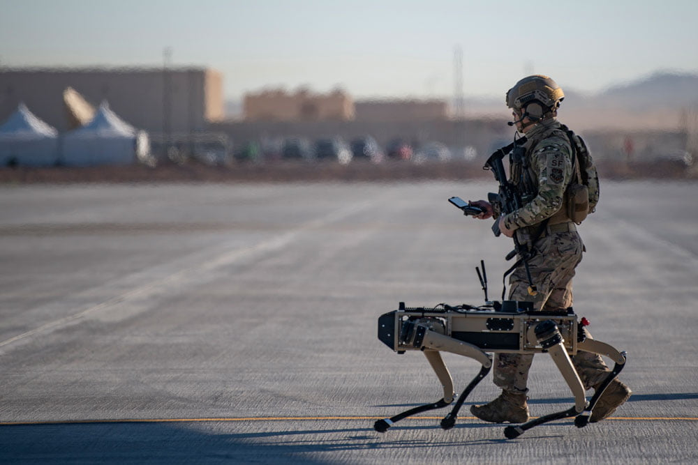 Ein US-Soldat mit einem Spot Mini