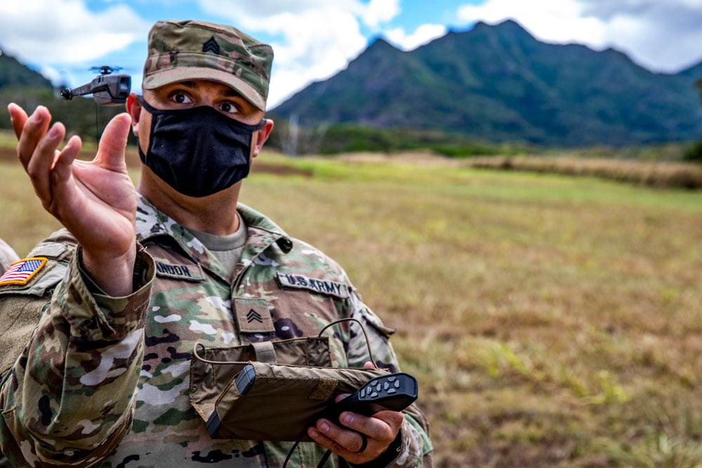 US-Soldat mit Black Hornet Drohne