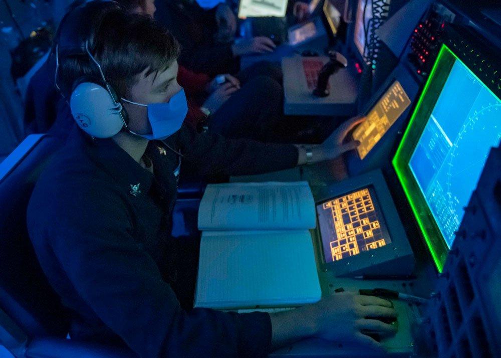 Ein Aegis-Operator auf der USS Mustin
