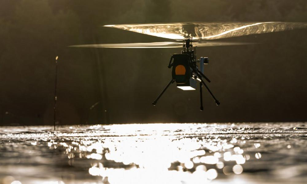 Eine Helikopter-Drohne hebt ab.