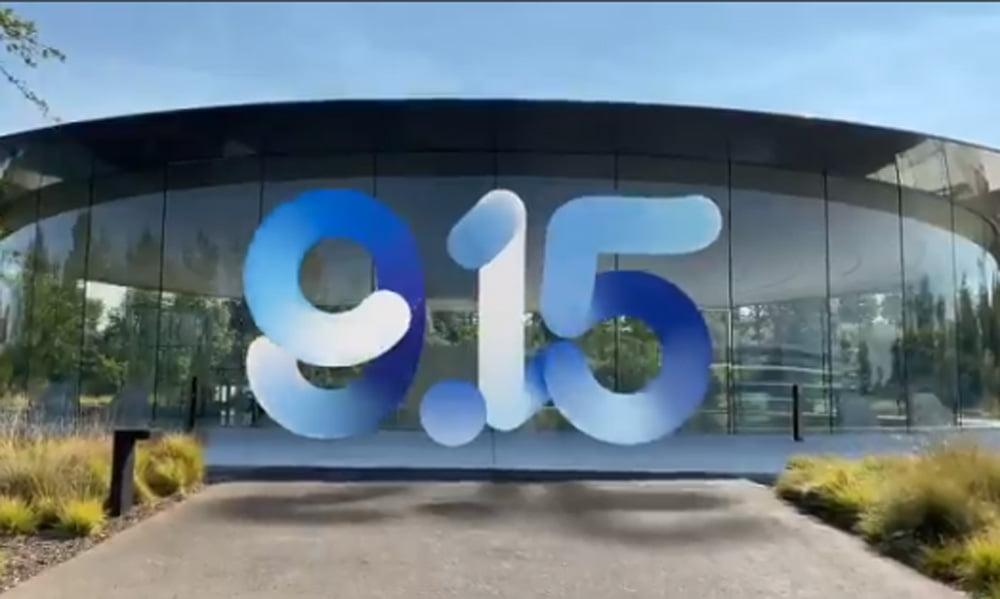 Ein in AR animiertes Logo schwebt vor einem Apple Gebäude.