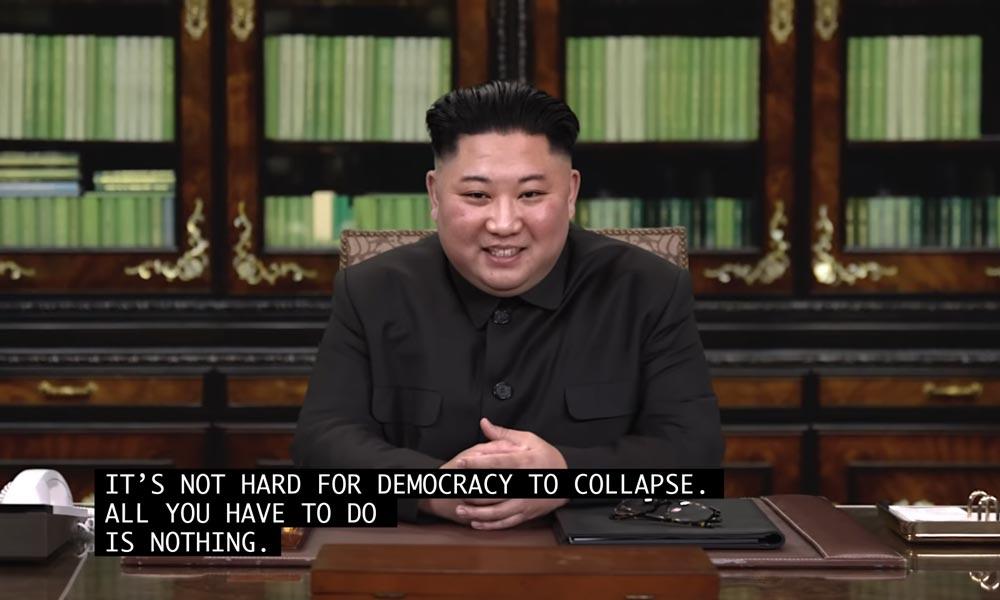 Ein per Deepfake-Gesichtertausch glaubhafter gefälschter Kim Jong-un lächelt in die Kamera und sagt den USA, dass sie ihre Demokratie ohne seine Hilfe zerstören werden.