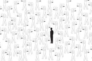 Figuren schauen mit dem Kopf nach unten auf ihr Smartphone. Eine Figur steht in der Menge und hält den Kopf nach obenn, schaut geradeaus.