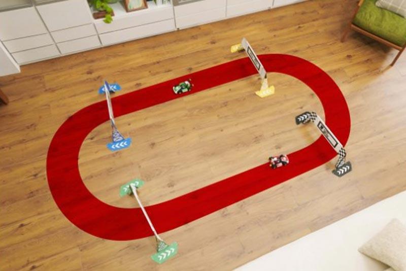 Mit Toren und Wegweisern können Spieler eine reale Rennstrecke für ferngesteuerte Mario-Go-Karts abstecken. In den Karts stecken Kameras, die ein Bild an den Switch-Screen senden, auf dem der Spieler das Kart digital steuert wie bei einem normalen Videospiel-Mario-Kart.   Bild: Nintendo