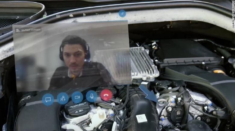 Der Spezialist sieht über die AR-Brille den Motor aus Perspektive des Mechanikers. | Bild: Mercedes-Benz, Microsoft