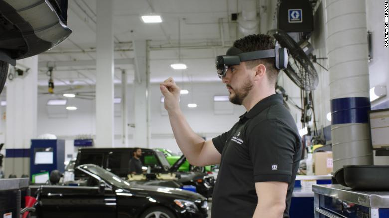 Fernwartung per AR hilft während der Corona-Pandemie, auch auf Distanz kollaborativ am Auto zu arbeiten. | Bild: Microsoft