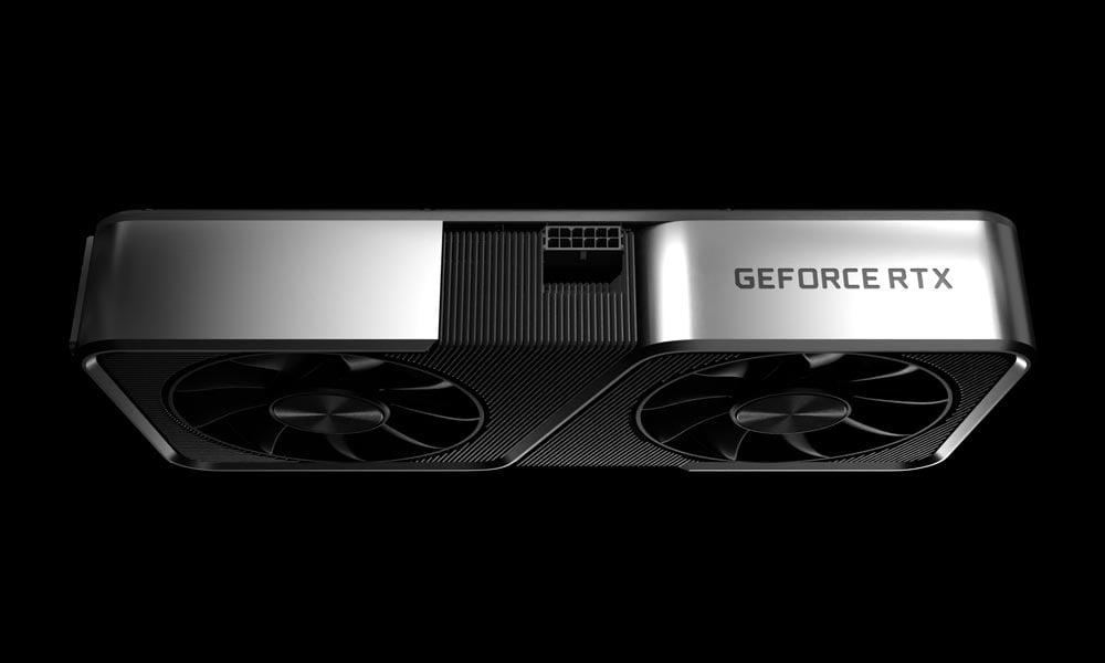 Seitliche Aufnahme von Nvidias Geforce RTX 3070 Grafikkarte im silbernen Gehäuse.