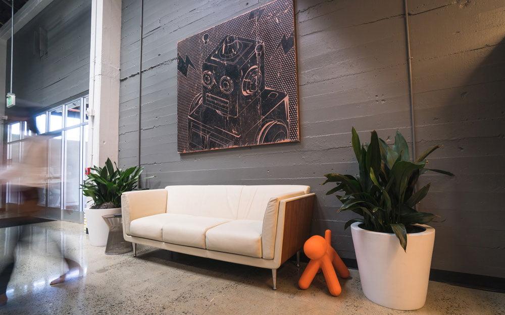 Eingangsbereich Robust.AI mit Roboterkunst