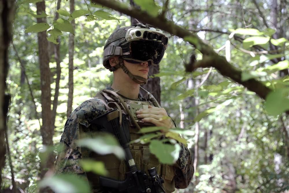 IVAS_Militär_Hololens_von_Soldat_im_Wald_getragen