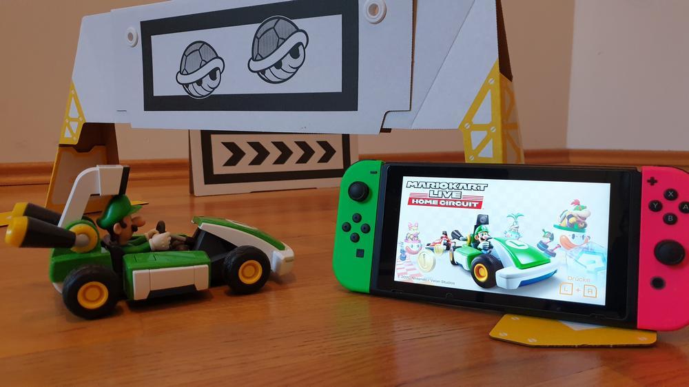 Mario Kart Live mit Luigi, einem Tor und der Nintendo Switch
