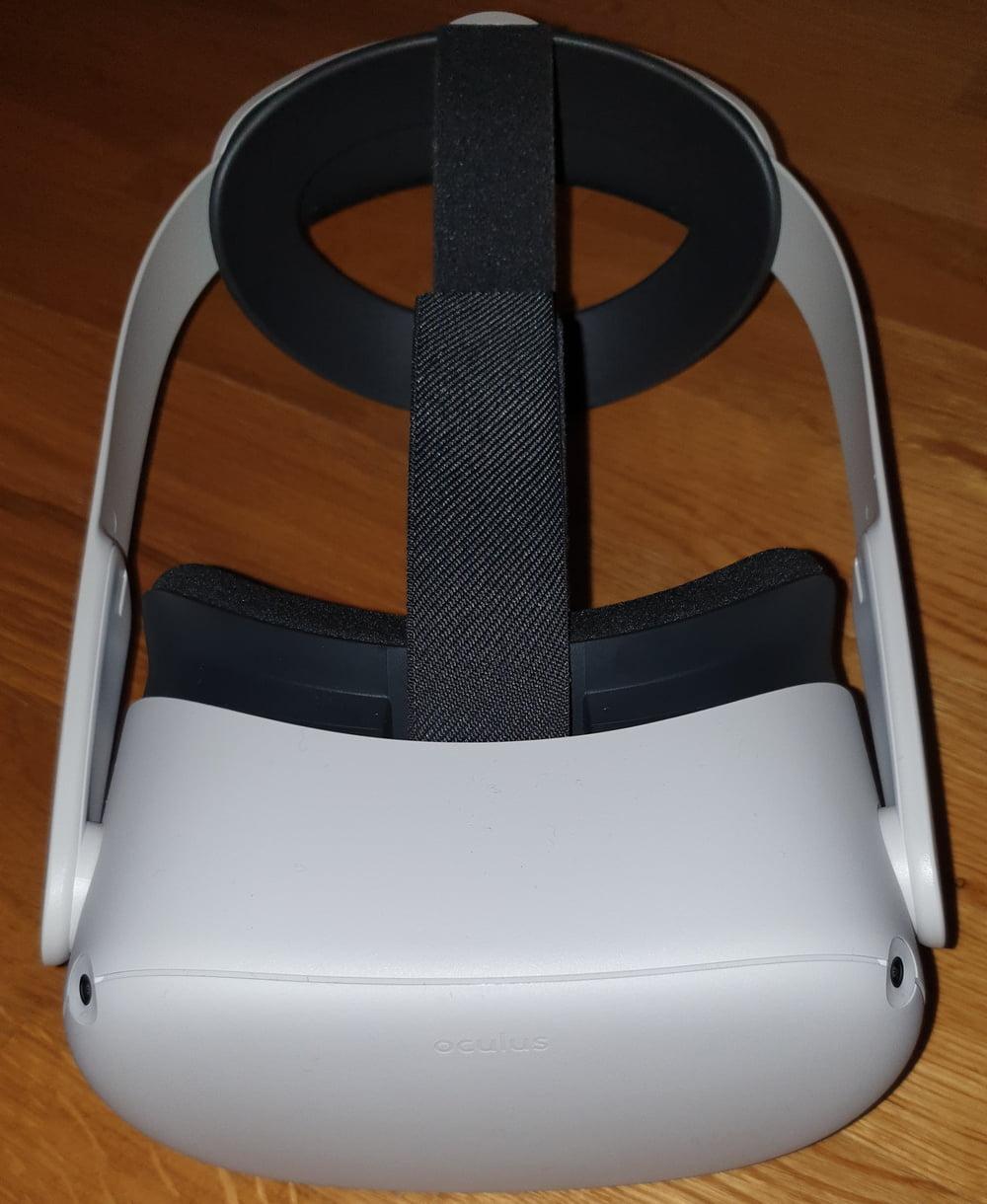 VR-Brille Oculus Quest 2 mit Elite Strap von schräg oben, frontal