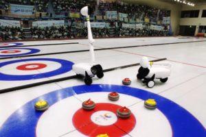 Die beiden Curly-Roboter stehen in der Zielone eines Curling-Spielfelds