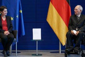 Wolfang Schäuble nimmt den Abschlussbericht der KI-Kommission entgegen.