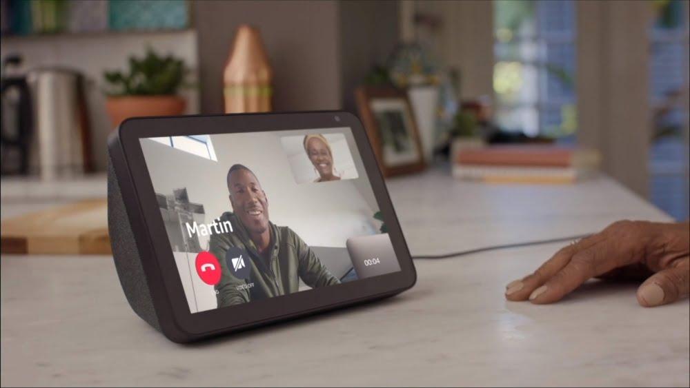 Ein Echo Show zeigt ein Videotelefonat von Mutter und Sohn über Care Hub.