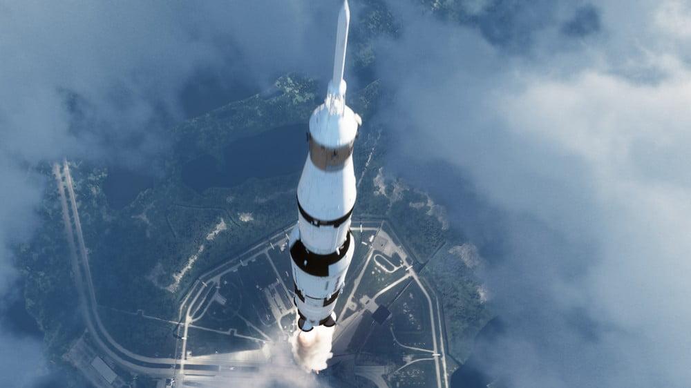 Blick von oben auf den Start einer Saturn-V-Rakete