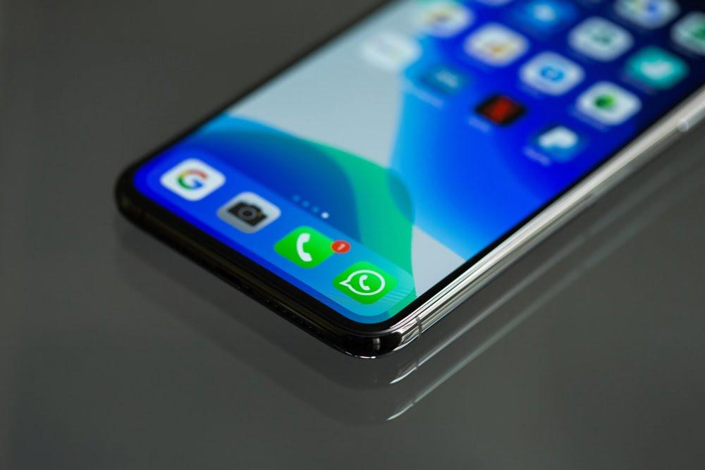 Ein Smartphone auf dem der Messenger-Dienst WhatsApp installiert ist.
