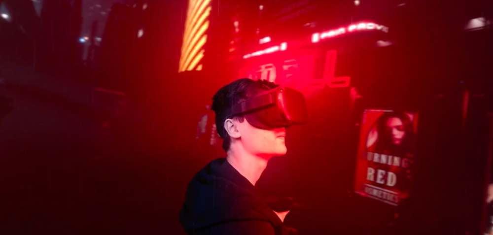 Splitverse_Cybercat_2020_Low_Fi_Kulisse_Mann_mit_VR-Brille