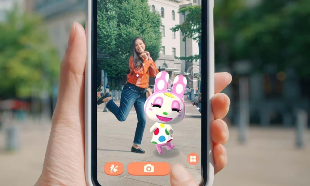 Eine Spielerin von Animal Crossing lässt sich per Smartphone neben einem digitalen Animal-Crossing-Charakter fotografieren.