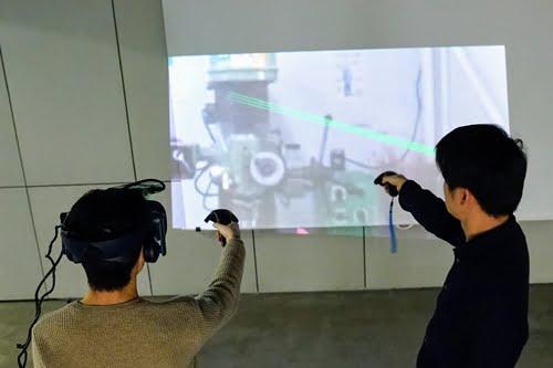 Ein Projektor auf der VR-Brille wirft das Bild von innen nach außen. | Bild: via Siggraph Asia