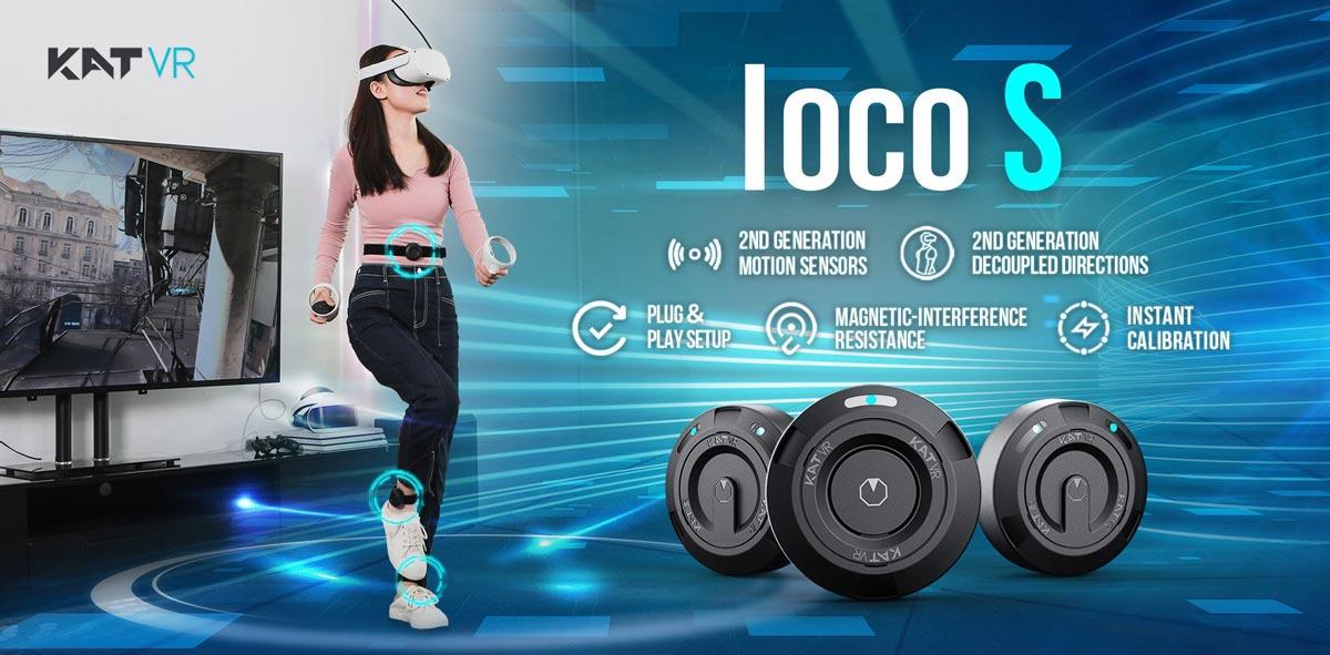 Eine Frau läuft mit VR-Brille und Kat Loco Sensoren auf der Stelle