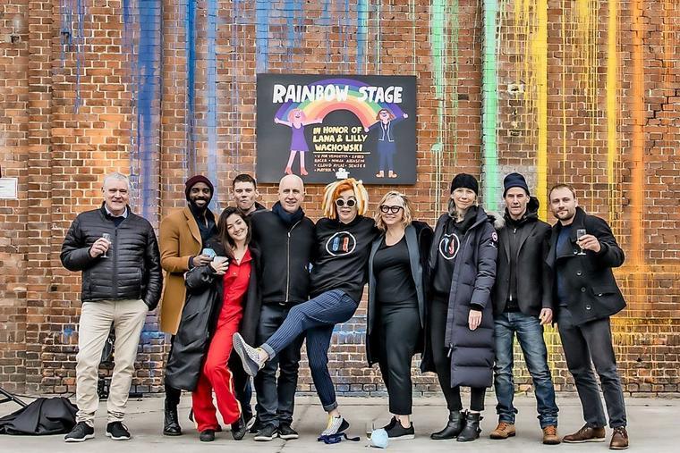 Das größte Babelsberg-Filmstudio wird zur Rainbow Stage: Die Matrix 4-Crew freut sich über die Geste und die erfolgreichen Dreharbeiten zu Matrix 4. | Bild: David Marschalsky