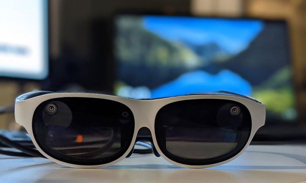 So nah am Sonnenbrillenformfaktor war noch kein anderer AR-Brillenhersteller: Die beiden Kameras in den Gläsern und das USB-C-Kabel sind der deutlichste Hinweis. | Bild: MIXED