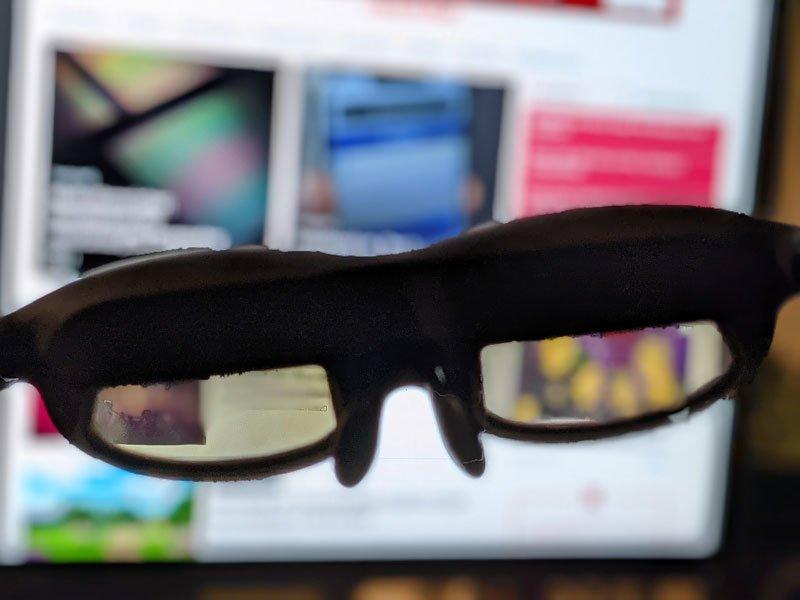 Blick durch die LInse der Nreal-Brille: Sie dunkelt die Umgebung ähnlich wie eine Sonnenbrille leicht ab. Das fördert den Kontrast und damit die Bildqualität bei den projizierten Bildern. | Bild: MIXED