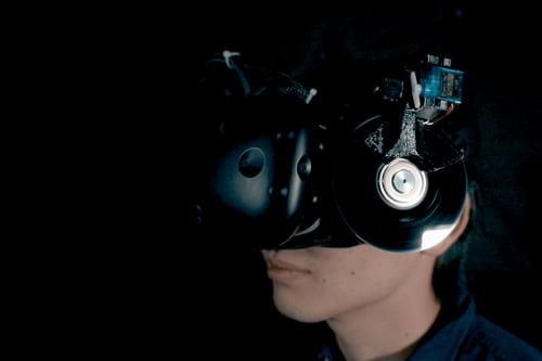 Ein Schwungrad- und Bremssystem direkt an der VR-Brille soll kinetische Energie simulieren und über den Kopf auf den ganzen Körper übertragen. | Bild: via Siggraph Asia