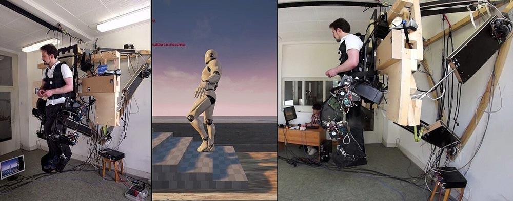 Ein Mann ist in einem Anzug an einem Holzblock befestigt. Motoren erzeugen Bewegungskräfte passend zu einer VR-Simulation.