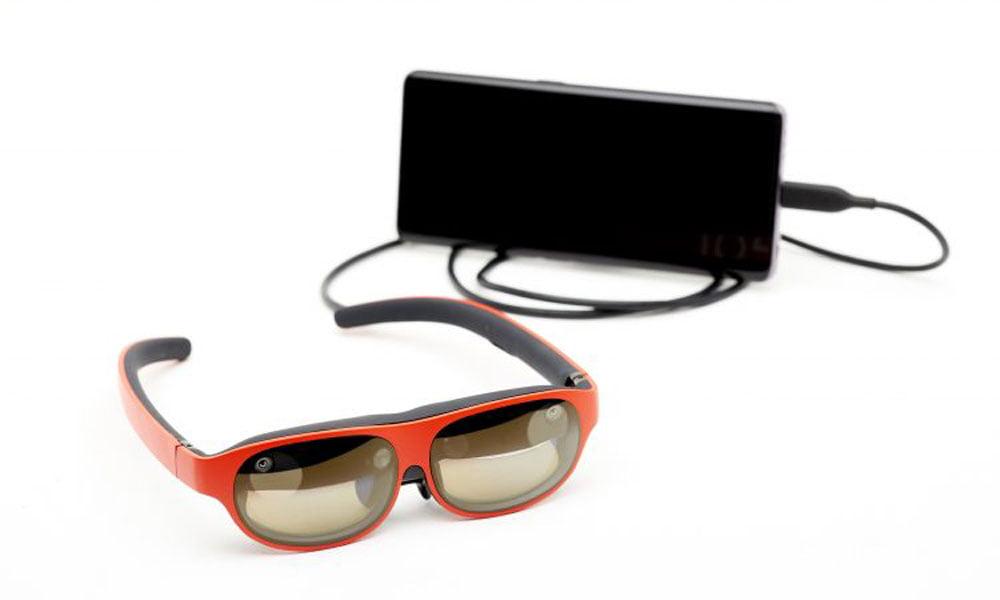 AR-Brille Nreal Light mit Smartphone im Hintergrund