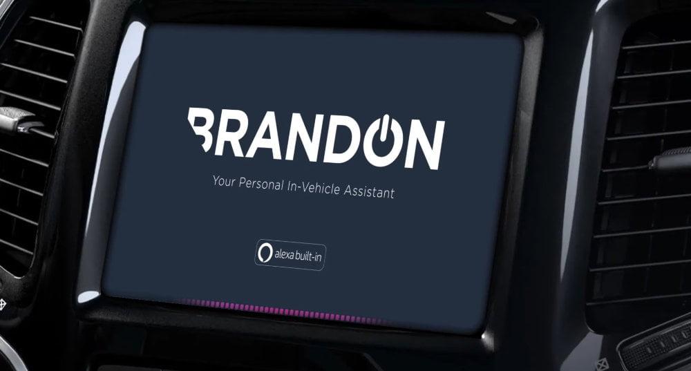 Der Amazon Alexa Custom Assistant erscheitn auf dem Display eines Mediensystems in einem Auto.