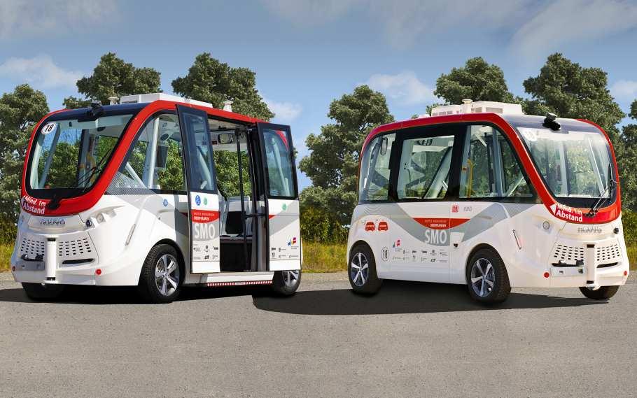 Zwei autonom fahrende Shuttle-Busse der Firma Navya.