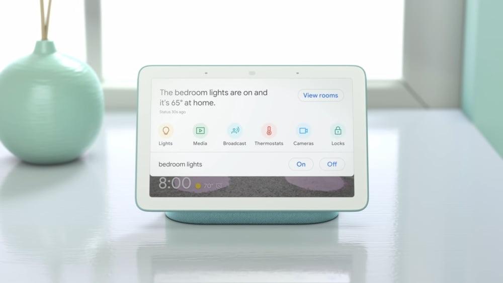 Der smarte Lautsprecher mit Display, Google Nest Hub, zeigt ein Smart-Home-Menü an.