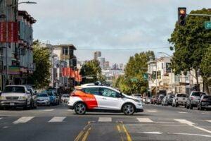 Ein autonom fahrendes Auto der Firma Cruise fährt über die Straßen von San Francisco.