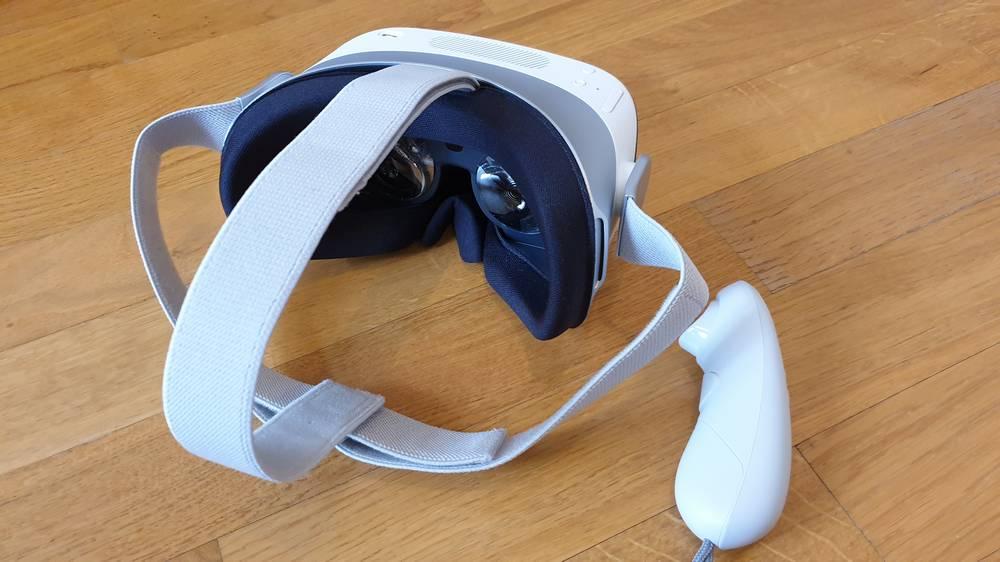 Blick von hinten auf die XRSPACE VR-Brille Manova