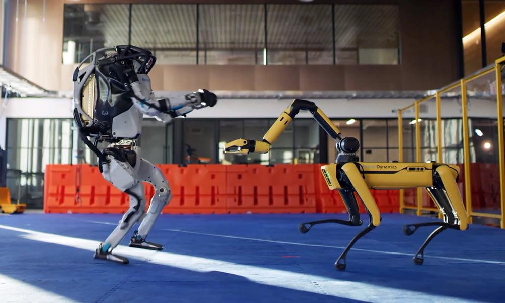 Der humanoide Roboter Atlas und der Hunderoboter Spot tanzen gemeinsam.