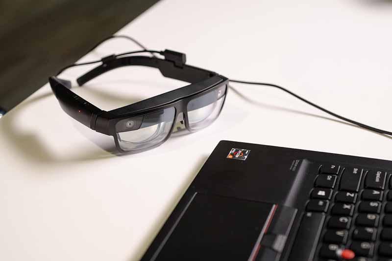 Die beiden Weitwinkel-Kameras außen übernehmen das Raumtracking, mittig ist eine RGB-Kamera für die Videoübertragung integriert.   Bild: Lenovo
