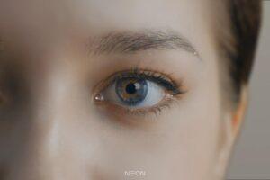 Das Auge einer computergenerierten Frau.