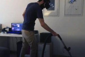 Ein VR-Brillenträger staubsaugt den Boden.