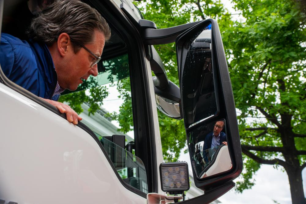 Bundesverkehrsminister Scheuer sieht aus dem Fenster eines autonomfahrenden Busses.