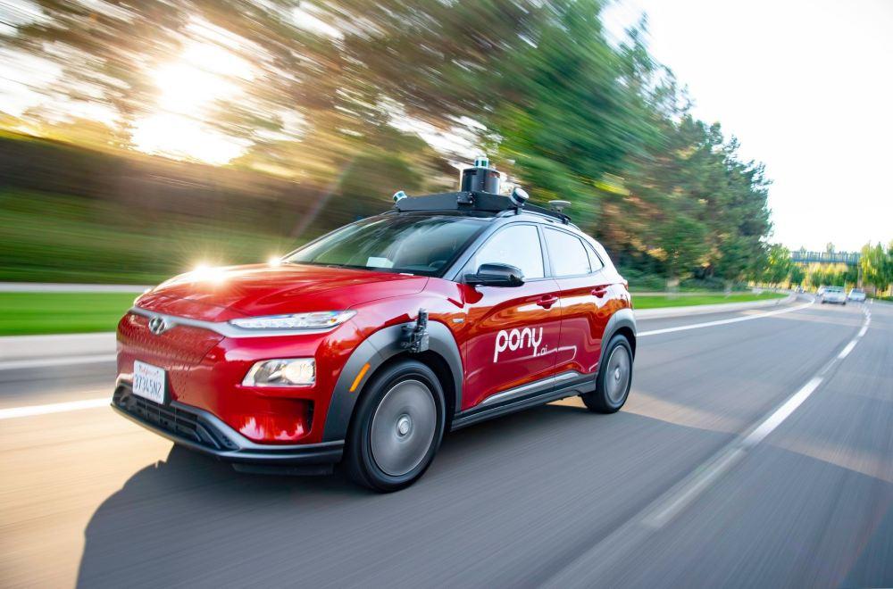 Ein roter Kleinwagen, der mit einer Technik für autonomes Fahren des Herstellers Pony.ai ausgestattet ist.