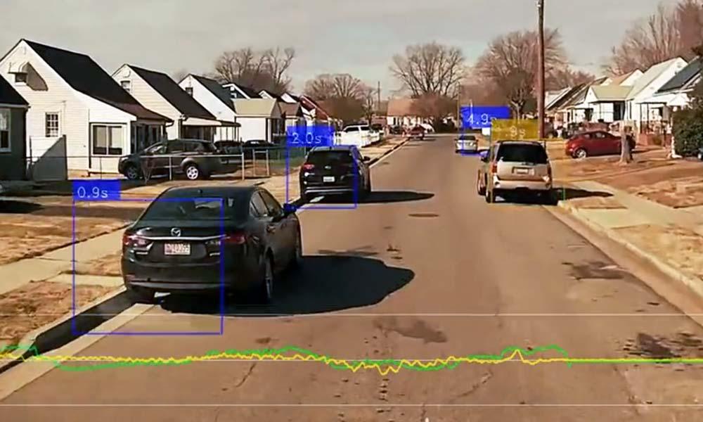 Eine Kamera filmt die Straße und erkennt Geschwindigkeit und andere Autos und markiert sie.