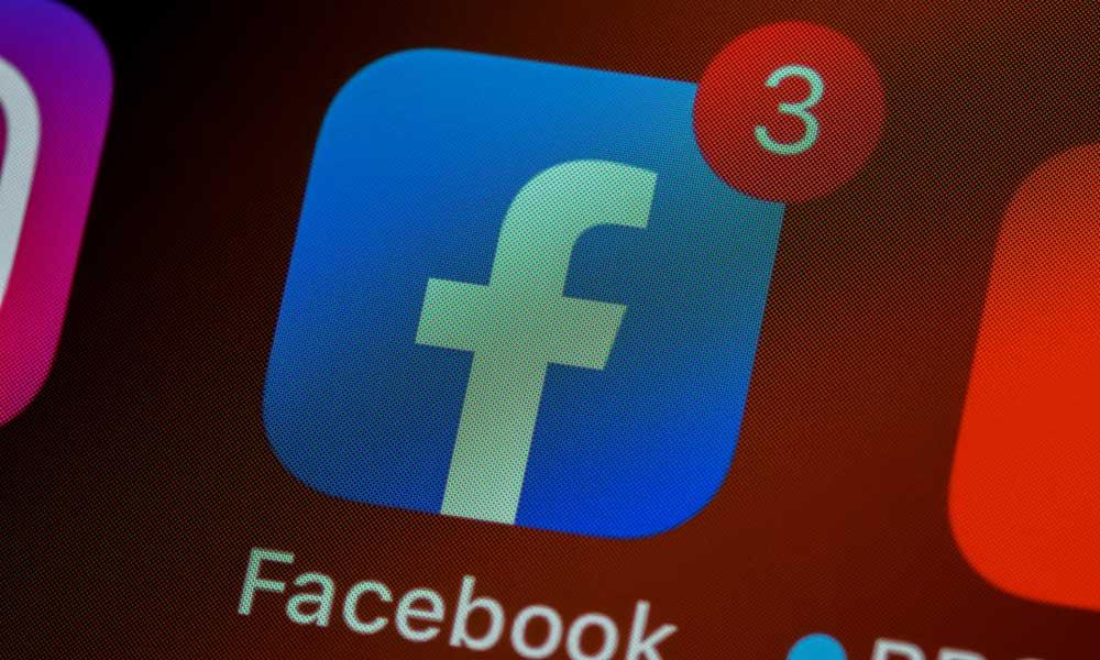 Foto einer Facebook-App mit Nachrichten auf einem Smartphone
