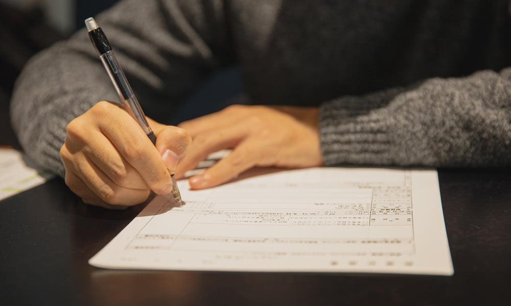 Ein Schüler schreibt an einer Arbeit.